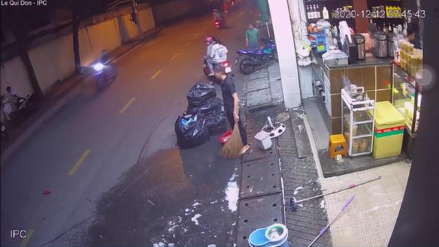 Thanh niên đánh bạn gái dã man, cầm hung khí doạ người can ngăn rồi dùng xe máy húc cửa quán bên đường - Ảnh 2.