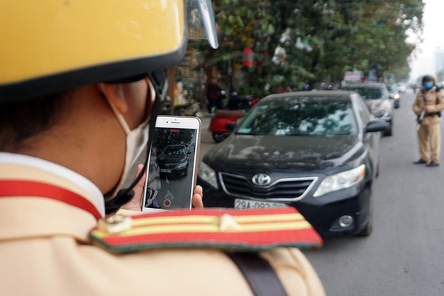 Cận cảnh CSGT dán thông báo phạt nguội ô tô dừng đỗ sai quy định - Ảnh 2.