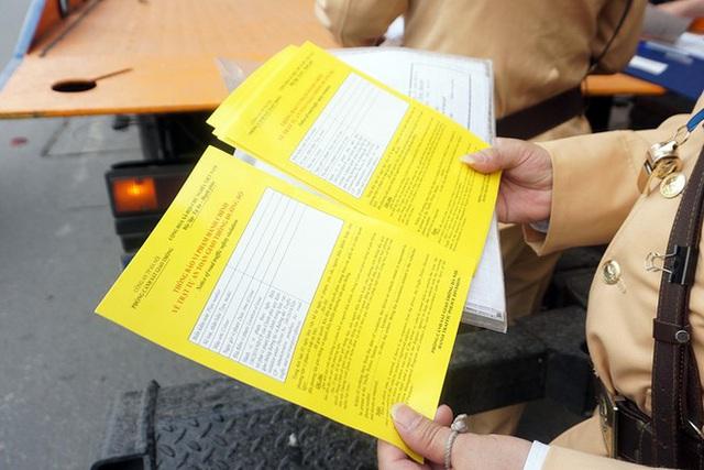 Cận cảnh CSGT dán thông báo phạt nguội ô tô dừng đỗ sai quy định - Ảnh 11.