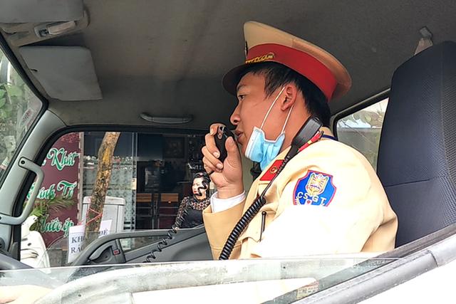 Cận cảnh CSGT dán thông báo phạt nguội ô tô dừng đỗ sai quy định - Ảnh 3.