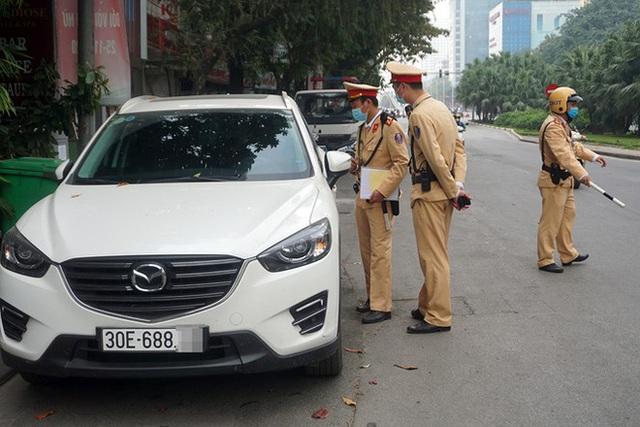 Cận cảnh CSGT dán thông báo phạt nguội ô tô dừng đỗ sai quy định - Ảnh 5.