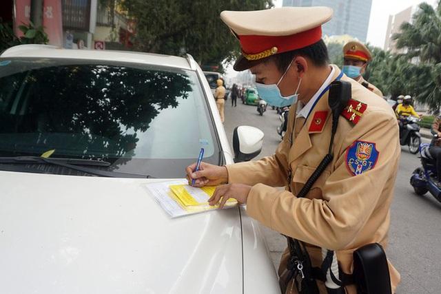 Cận cảnh CSGT dán thông báo phạt nguội ô tô dừng đỗ sai quy định - Ảnh 6.