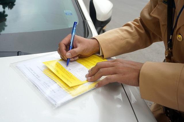 Cận cảnh CSGT dán thông báo phạt nguội ô tô dừng đỗ sai quy định - Ảnh 7.