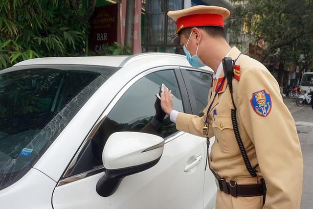 Cận cảnh CSGT dán thông báo phạt nguội ô tô dừng đỗ sai quy định - Ảnh 8.