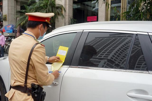 Cận cảnh CSGT dán thông báo phạt nguội ô tô dừng đỗ sai quy định - Ảnh 9.