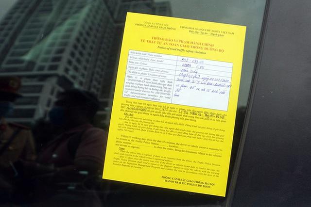 Cận cảnh CSGT dán thông báo phạt nguội ô tô dừng đỗ sai quy định - Ảnh 10.