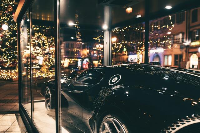 Siêu xe Bugatti La Voiture Noire được đóng hộp đón Giáng sinh, cách làm gợi liên tưởng tới VinFast President - Ảnh 4.
