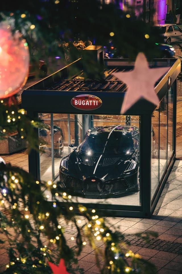 Siêu xe Bugatti La Voiture Noire được đóng hộp đón Giáng sinh, cách làm gợi liên tưởng tới VinFast President - Ảnh 1.