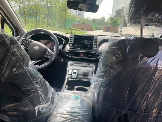 Hyundai Santa Fe 2021 tại Việt Nam lộ nội thất mới lạ: Đồng hồ bắt mắt, bỏ hẳn cần số, trang bị vươn tầm xe sang - Ảnh 1.
