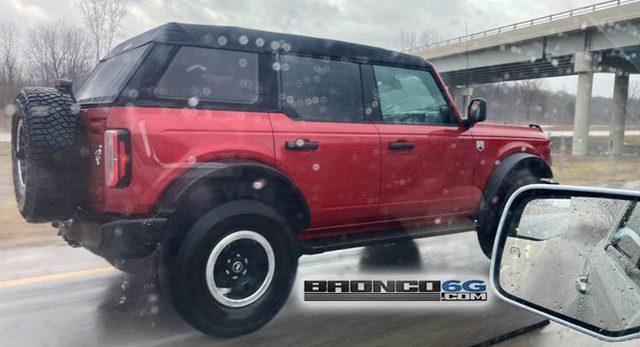 Ford Bronco mui mềm lộ diện lần đầu tiên - Ảnh 1.