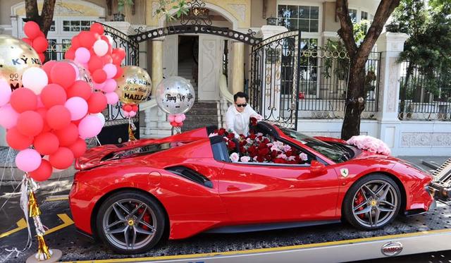 Không phải siêu phẩm Ferrari SF90 Stradale như đồn đoán, đây mới chính xác là chiếc xe doanh nhân Hoàng Kim Khánh tặng vợ - Ảnh 2.
