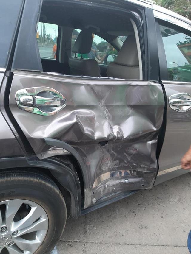 Clip: 2 thanh niên đâm ô tô quay đầu, tình trạng người bắn vào trong xe khiến tất cả hoảng sợ - Ảnh 2.