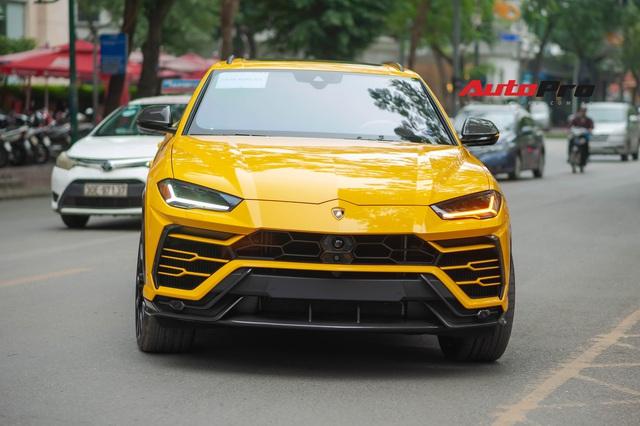 Con trai bầu Hiển 'cưỡi' Lamborghini Urus trang bị độc ra phố, mảnh giấy trên kính lái gây tò mò - Ảnh 2.