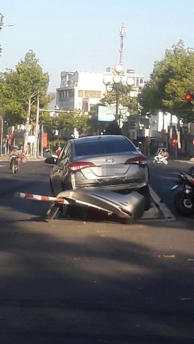 CLIP: Pha lùi xe khó đoán và cú tông kinh hoàng khiến 4 người lao đao - Ảnh 3.
