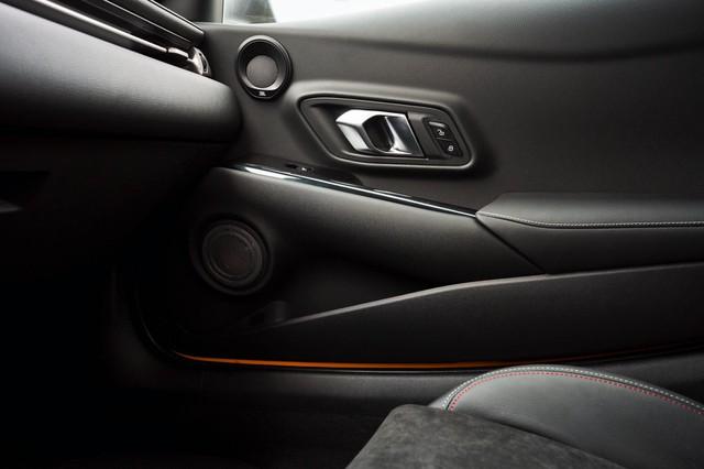 Toyota Supra chính thức ra mắt bản giá rẻ dùng động cơ giống hệt BMW - Ảnh 4.