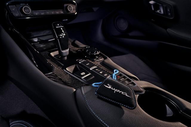 Toyota Supra chính thức ra mắt bản giá rẻ dùng động cơ giống hệt BMW - Ảnh 8.