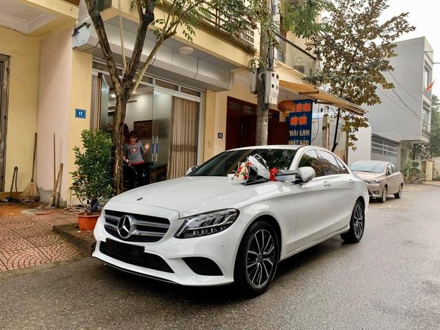 Chồng nhà người ta: Mua Mercedes-Benz C 200 gần 1,5 tỷ tặng vợ dịp Valentine, nhất định chọn màu vợ thích và 'ship' đến tận cửa nhà để tạo bất ngờ - Ảnh 1.