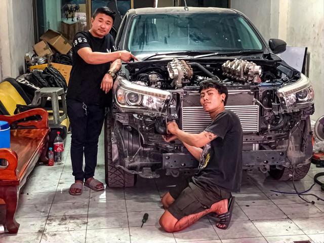 Dân chơi độ Toyota Hilux với 8 turbo, ai nhìn khoang động cơ cũng choáng váng - Ảnh 1.