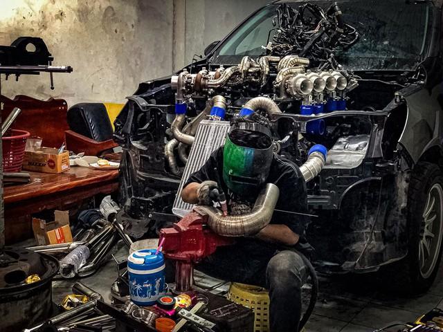 Dân chơi độ Toyota Hilux với 8 turbo, ai nhìn khoang động cơ cũng choáng váng - Ảnh 7.