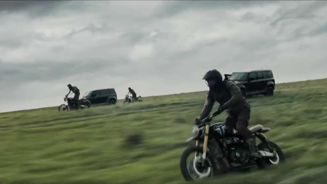 Land Rover Defender 2020 bay lượn như chim trong trailer mới của phim 007 - Ảnh 1.