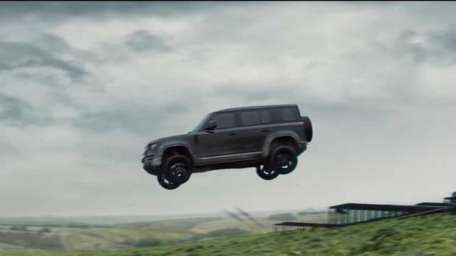 Land Rover Defender 2020 bay lượn như chim trong trailer mới của phim 007