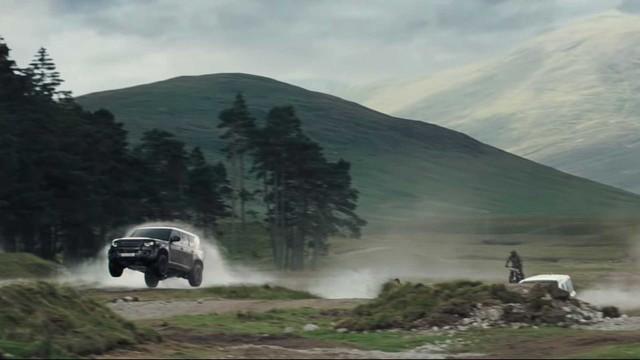 Land Rover Defender 2020 bay lượn như chim trong trailer mới của phim 007 - Ảnh 2.