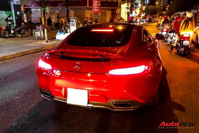 Mercedes-AMG GT S màu đỏ từng của doanh nhân Nguyễn Quốc Cường bất ngờ xuất hiện trên phố Sài Gòn - Ảnh 1.