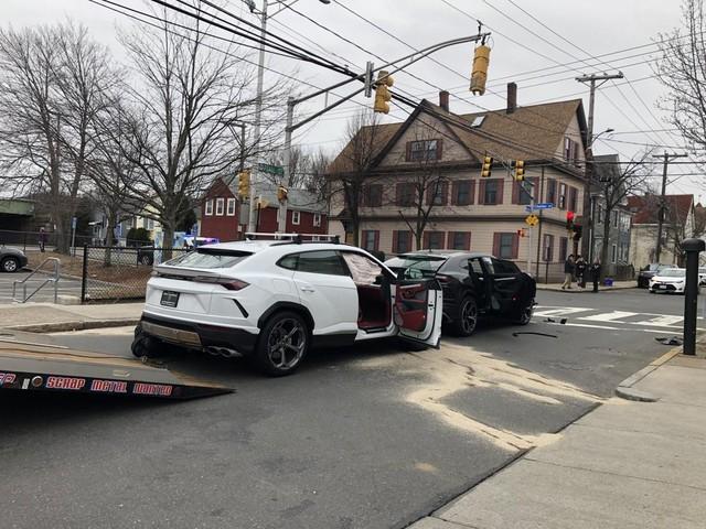 Trộm ăn cắp xế hộp giá 200 ngàn đô, bỏ qua siêu xe Porsche 1,4 triệu đô bên cạnh - Ảnh 1.