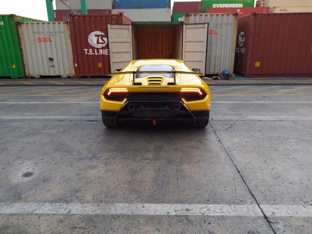 Lamborghini Huracan Performante đầu tiên cập cảng Việt Nam với giá đồn đoán hơn 33 tỷ đồng - Ảnh 2.