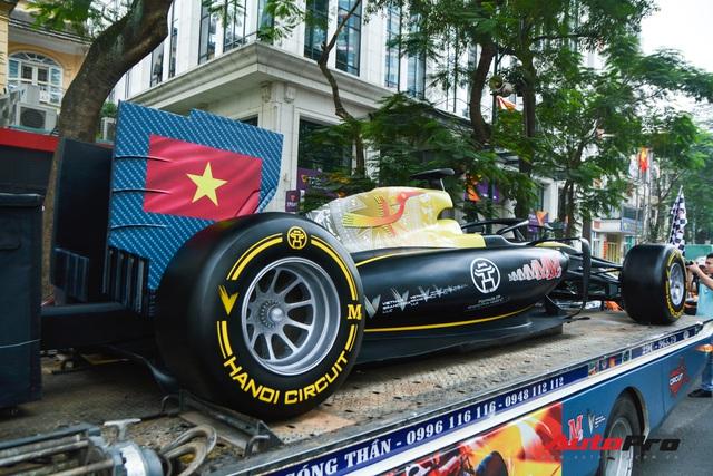 Ferrari F12 Berlinetta hộ tống xe đua F1 cùng dàn mô tô diễu hành vòng quanh Thủ đô Hà Nội - Ảnh 5.