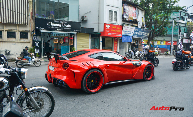 Ferrari F12 Berlinetta hộ tống xe đua F1 cùng dàn mô tô diễu hành vòng quanh Thủ đô Hà Nội - Ảnh 9.