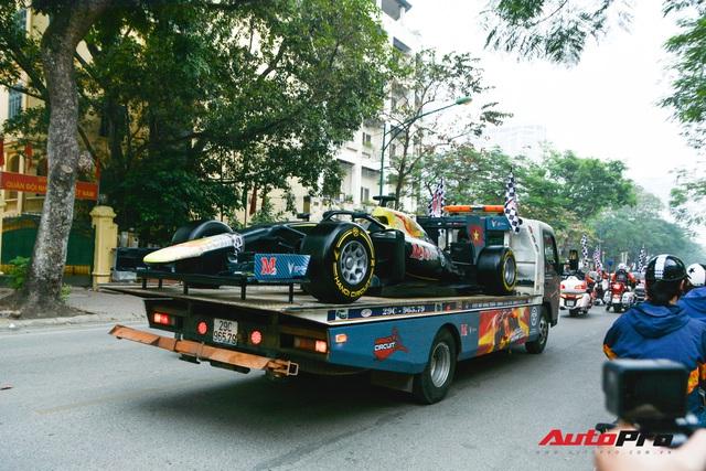 Ferrari F12 Berlinetta hộ tống xe đua F1 cùng dàn mô tô diễu hành vòng quanh Thủ đô Hà Nội - Ảnh 2.