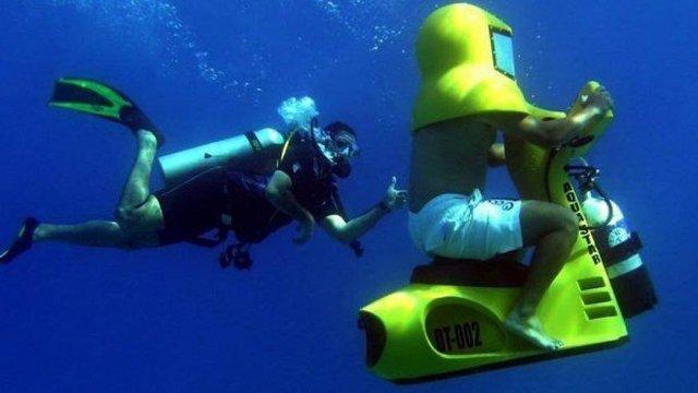 Khám phá chiếc xe máy đặc biệt có thể di chuyển dưới nước - Ảnh 1.