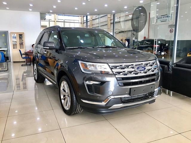 Ford Explorer giảm sâu gần 300 triệu ở nhiều đại lý - Giá bán chạm đáy mới, lần đầu dưới 2 tỷ đồng - Ảnh 1.