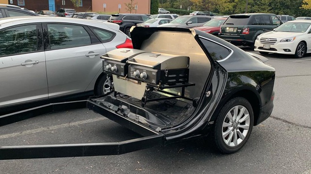 Tay chơi xẻ đôi chiếc Audi A7 chỉ để làm xe kéo chở bếp nướng thịt