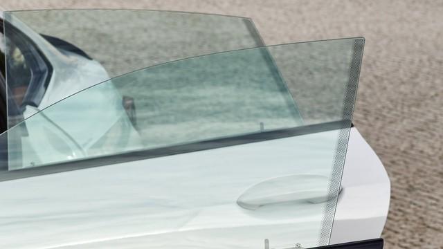 Vì sao trên kính lái ô tô lại có những chấm đen nhỏ li ti? - Ảnh 1.