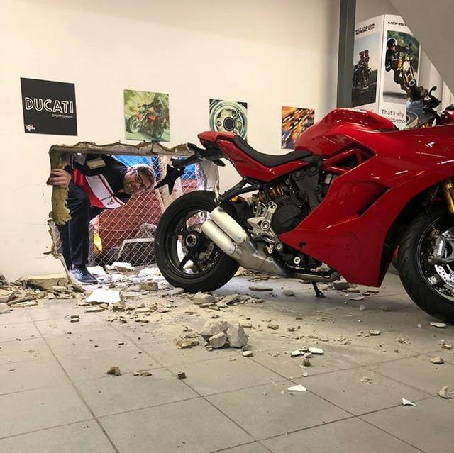 Siêu trộm khoét thủng tường để lấy cắp mô tô tiền tỷ Ducati - Ảnh 1.