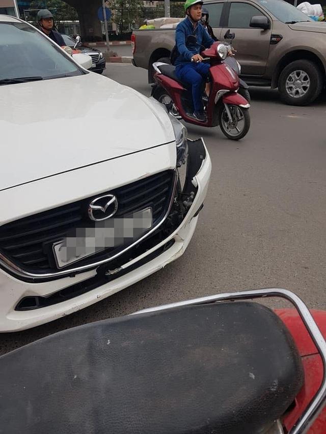 Không đền được tiền sửa ô tô sau va chạm, người đàn ông để xe máy lại hiện trường rồi rời đi - Ảnh 1.