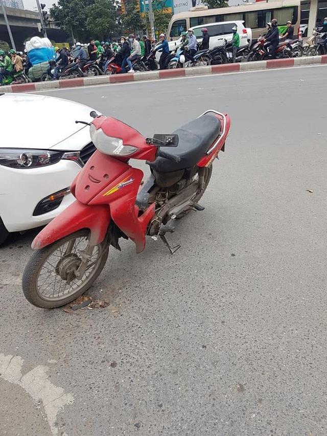 Không đền được tiền sửa ô tô sau va chạm, người đàn ông để xe máy lại hiện trường rồi rời đi - Ảnh 2.