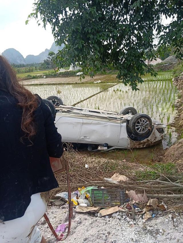 Ô tô Mazda lật ngửa dưới ruộng lúa, nữ tài xế phá cửa trèo ra ngoài - Ảnh 1.