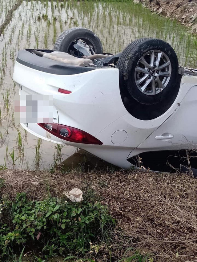Ô tô Mazda lật ngửa dưới ruộng lúa, nữ tài xế phá cửa trèo ra ngoài - Ảnh 2.