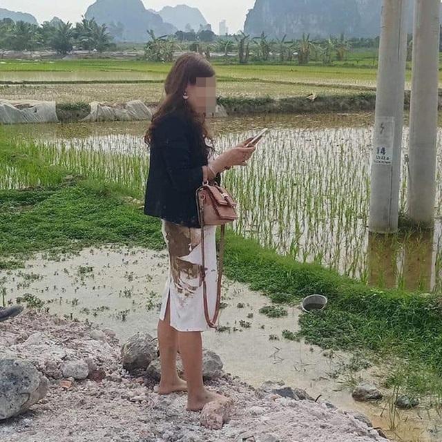 Ô tô Mazda lật ngửa dưới ruộng lúa, nữ tài xế phá cửa trèo ra ngoài - Ảnh 3.