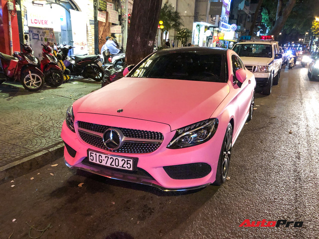 Mercedes-Benz C 300 AMG Coupe hàng hiếm tại Việt Nam còn gây chú ý hơn với màu ngoại thất chói chang - Ảnh 2.