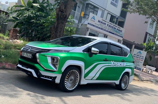Mitsubishi Xpander ăn chơi nhất Việt Nam: Độ mâm giống Maybach nhưng lớp decal khiến ai cũng tưởng Grab - Ảnh 1.