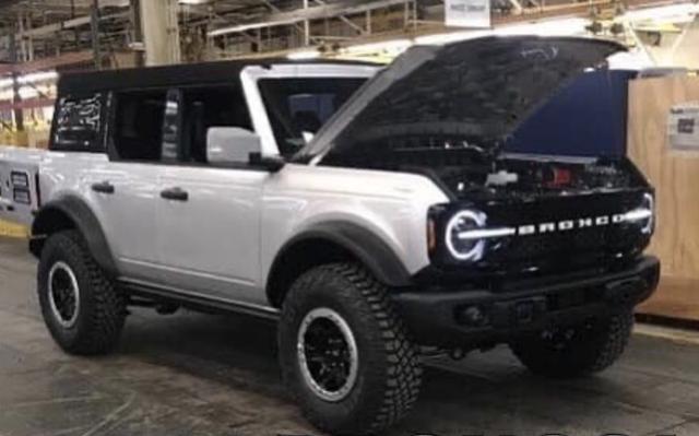 Ford Bronco lộ ảnh không che: Mercedes-Benz G-Class cho giới trung lưu - Ảnh 1.