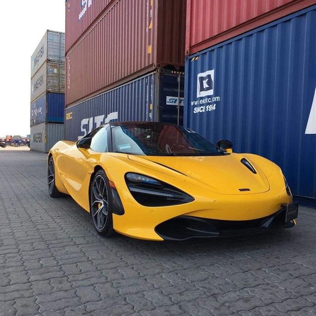 McLaren 720S Spider thứ 2 Việt Nam lần đầu lộ diện 'trần trụi' tại cảng - Ảnh 1.