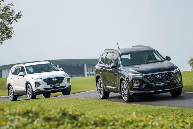 Giảm giá trăm triệu, Toyota Fortuner và Mazda CX-8 vẫn để Hyundai Santa Fe vượt mặt tại Việt Nam - Ảnh 1.