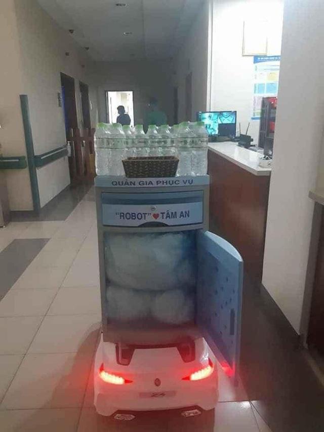 Khoảnh khắc ngộ nghĩnh mùa Covid-19 ở Huế: Robot tự chế từ xe đồ chơi rong ruổi khắp viện tiếp tế cho bệnh nhân - Ảnh 1.
