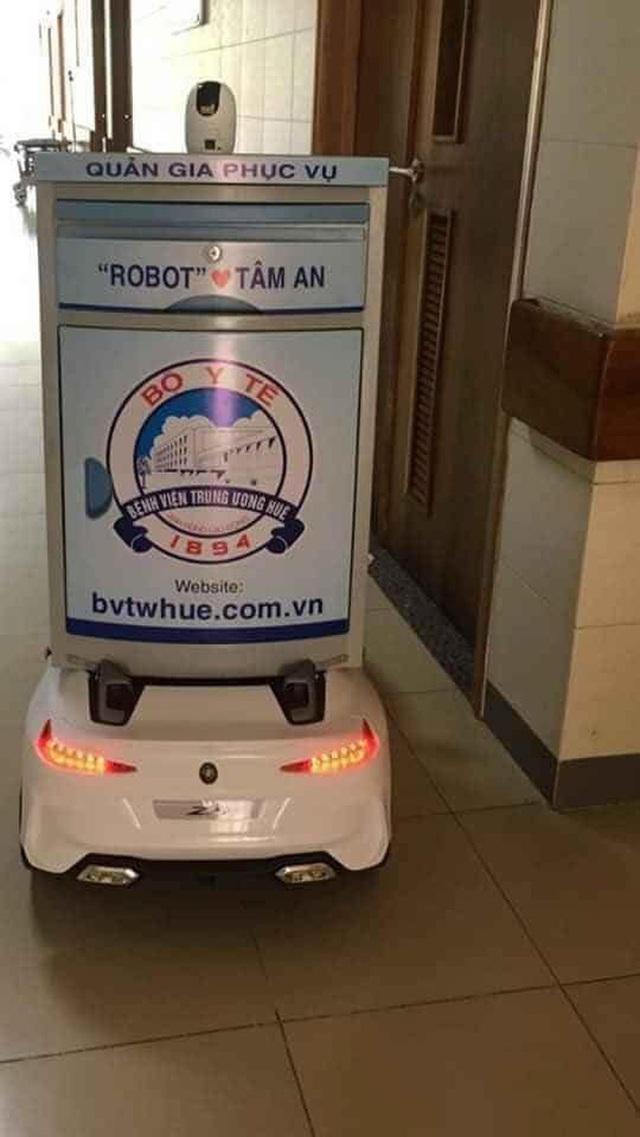 Khoảnh khắc ngộ nghĩnh mùa Covid-19 ở Huế: Robot tự chế từ xe đồ chơi rong ruổi khắp viện tiếp tế cho bệnh nhân - Ảnh 2.