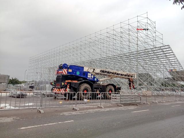 Quang cảnh đường đua F1 Hà Nội sau lệnh hoãn: Đại công trường ngổn ngang, công nhân vẫn làm việc - Ảnh 4.